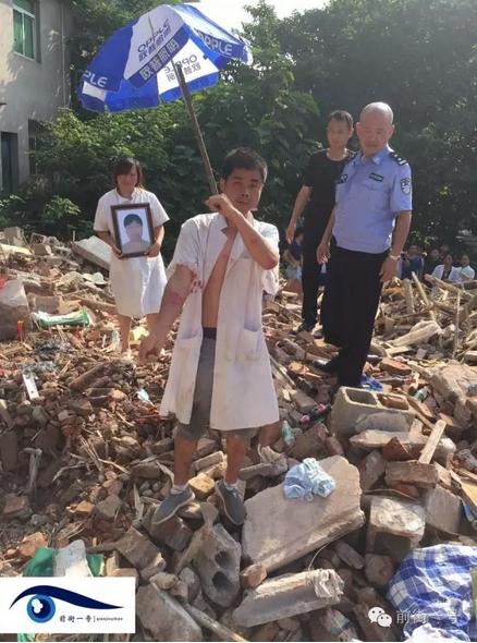 龚雪辉大儿子杨君在警方运走其母亲遗体时受伤