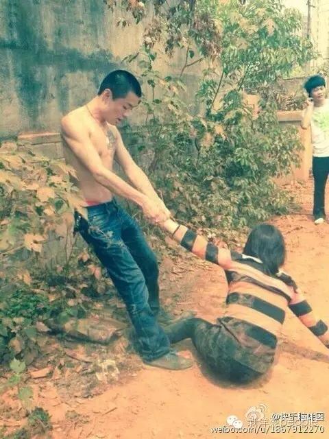 2014年,因为村里集体土地被卖,村民和开发商发生冲突,龚雪辉被拖拽倒地。受访者供图