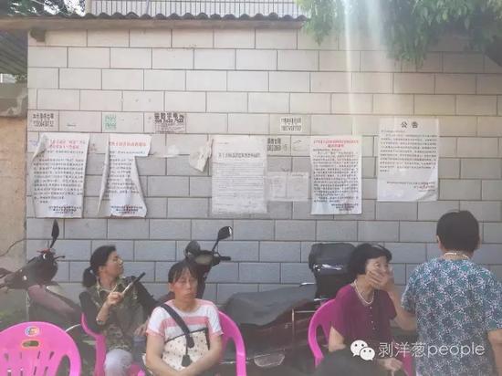 茶子山拆迁办贴在村里的拆迁公告。新京报记者刘子珩_摄
