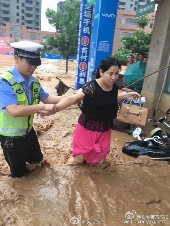 民警帮助市民