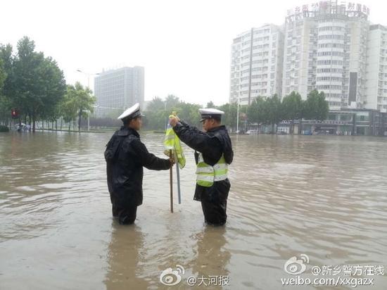 民警在齐腰深水中执勤