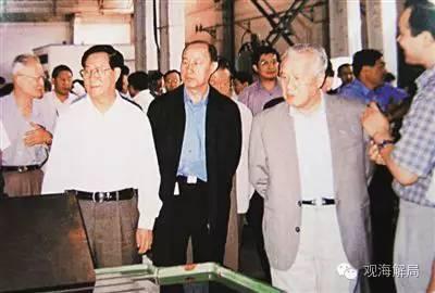 2001年9月,陈锦华同志在大连造船厂考察