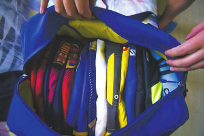 经过邓美的巧手,收纳起来的衣物显得整整齐齐。