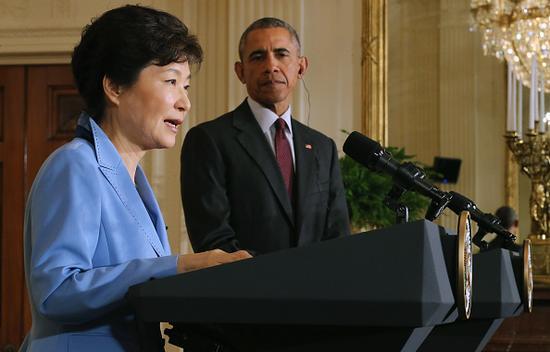 专家认为,选择引入萨德,将让韩国置于一个十分尴尬的境地,甚至是引火烧身。