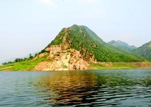 潘家口水库周边有着丰盛的旅行资本,旅客到这里能够吃水库鱼、观燕长城遗迹。