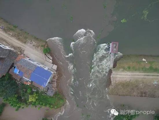湖南华容县新华垸爆发内溃。质料图