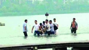 """前全国午6时许,高康的尸体被打捞下去 图像来自""""无线徐州""""微信"""