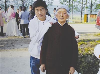 牺牲的维和战士李磊生前与外婆的合影