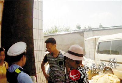 民警向收废品老板(图中)和方大妈了解情况
