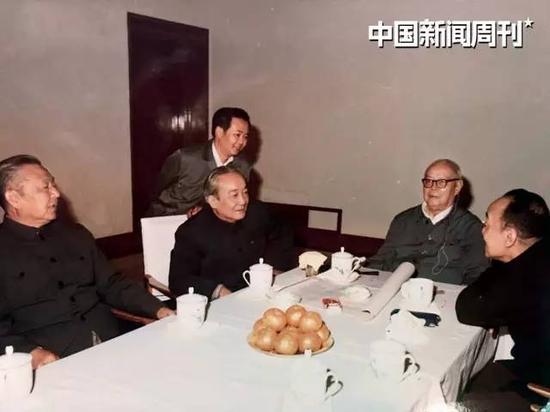 70年代末,叶选宁(站立者)和习仲勋(左一)、广东省委书记刘田夫(左二)、叶剑英(右二)和杨尚昆(右一)在一起。图|受访者提供