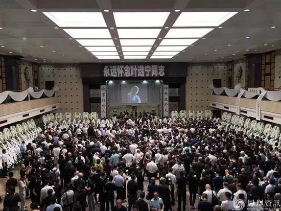 7月14日,叶选宁追悼会在广州举行。会场正中悬挂的叶选宁遗照,是他患病以后戴眼镜抽雪茄的微笑照片,哀乐不是官方的哀乐,而是他一直喜爱的一曲口琴。图|网络
