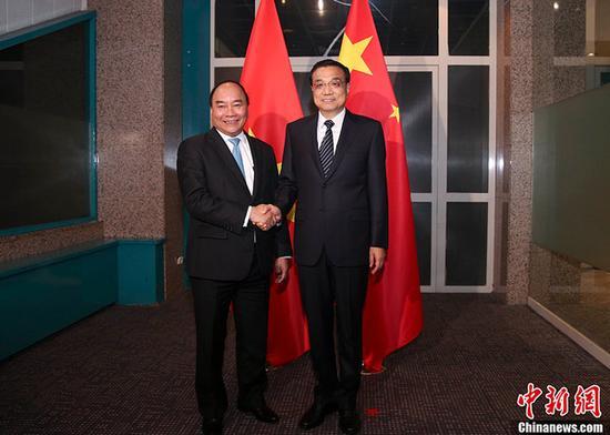 当地时间7月14日下午,中国国务院总理李克强在乌兰巴托下榻饭店会见越南总理阮春福。中新社记者 刘震 摄