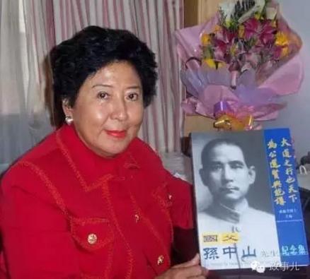 2003年,孙穗芳到北京签售《我的祖父孙中山》纪念集。