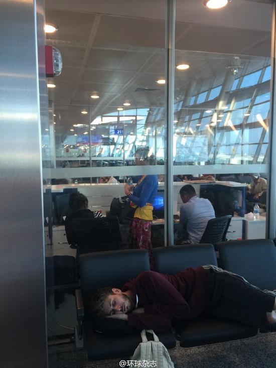 中国游客滞留土耳其机场:目前有喝的 没有吃的