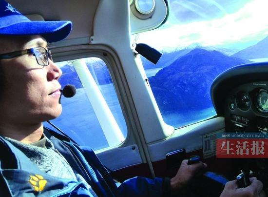 庞先生在新西兰体验飞行驾驶