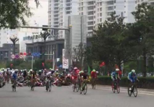 7月17日,环青海湖国际公路自行车赛开赛首日,最后冲刺阶段,一名男子突然横穿赛道,造成运动员集体大翻车。微博 图