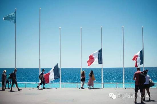 法国降半旗,并为亡者默哀三日。来源:纽约时报