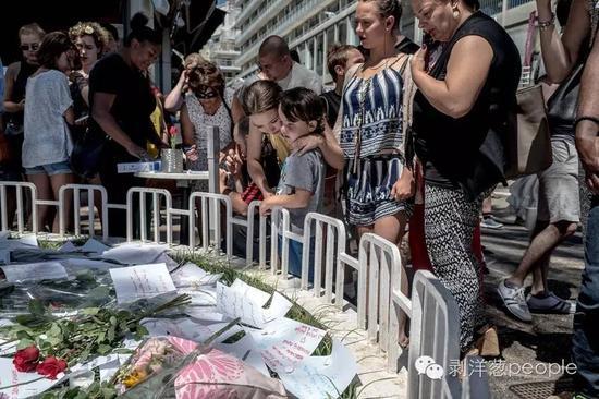 民众在英国人漫步大道旁悼念尼斯恐怖袭击中的遇难者。来源:纽约时报