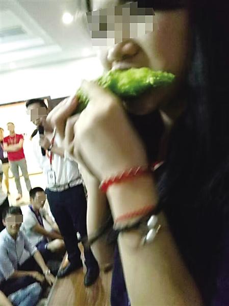 一名女员工在吃生苦瓜