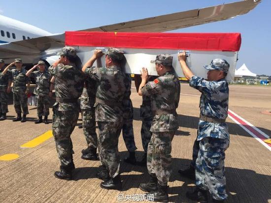 接 运南苏丹维和烈士灵柩飞机启程回国