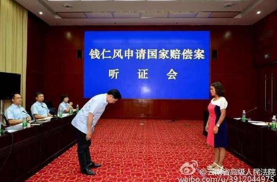 7月8日,云南省高院副院长向钱仁风鞠躬致歉。图片来源:云南省高级人民法院官方微博