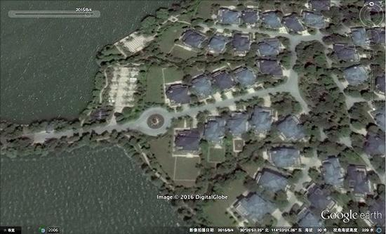 """2016年的武汉长岛别墅区一角,相比2006年的卫星图可以发现,长堤右上方的角是从湖里""""长出来""""的。"""