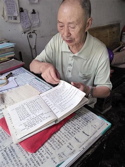 邓济良展现这些年来所做的患者记载。