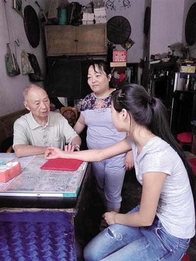 邓济良老迈夫在给前来治病的同乡评脉。