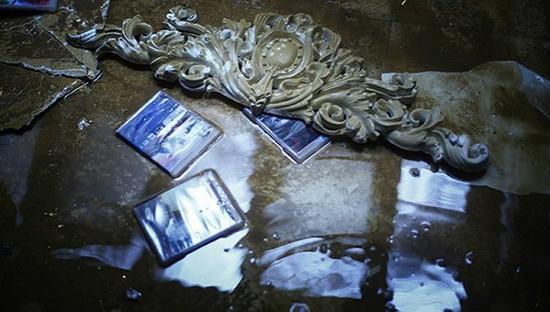 大水过后,别墅内一片惨况。 摄影:吕萌