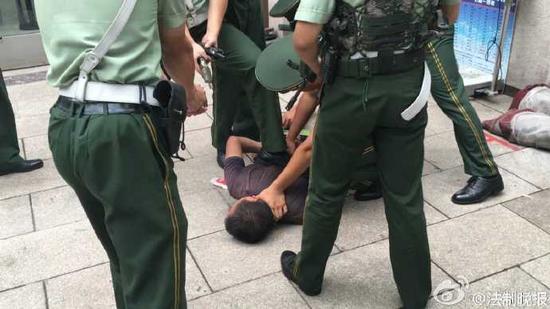 男子袭击北京站武警哨兵被制服
