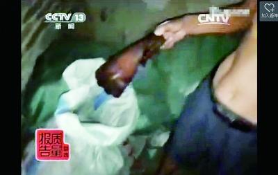 湖南邵阳一窝点屠宰病死猪肉被举报(央视截图)