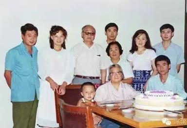 1985 年夏天,朱敏一家三代为康克清老人祝寿。前排左起:刘宁、康克清、刘敏;后排左起:刘建、王玲、刘铮、刘武、朱敏、林江红、刘进