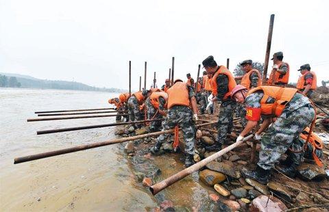 7月22日,参与抗洪抢险的部队官兵在石家庄市赞皇县抢修被洪水冲毁的都户桥。新华社记者王晓摄