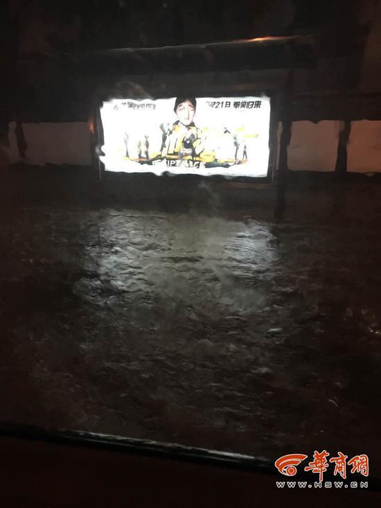西安暴雨致部分道路积水
