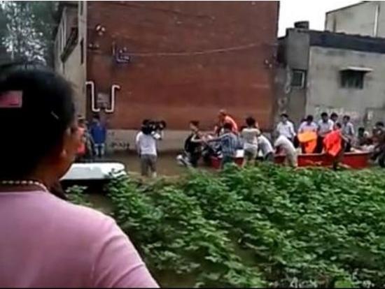 """网传""""安阳市市长王新伟登船视察灾情,让群众推船""""图。"""