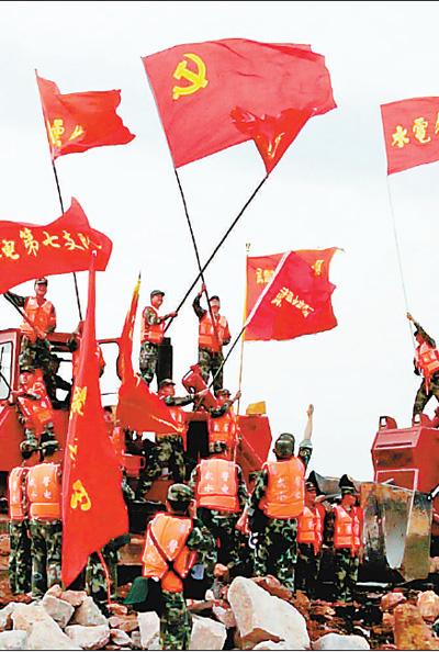 7月20日,经过56小时连续奋战,湖北黄梅考田河溃口成功合龙后,武警水电部队官兵挥舞旗帜庆祝。