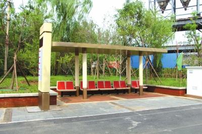 新的公交候车亭样品展现。▲顶棚为古铜色,立柱 为米色,基座上还绘有祥云图画。新车站本年年底完结装置。