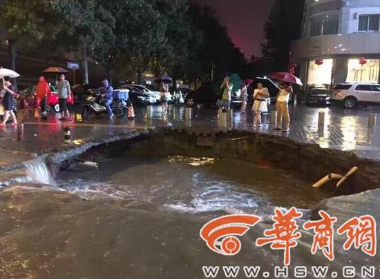西安暴雨致高新路路面塌陷