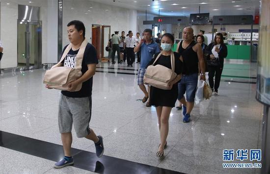 26日傍晚,有52位家属带着骨灰返回辽宁大连。