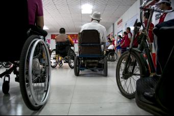 康复村的疗养者们在活动室中参加互动,唐山地震四十周年之际,社会各界爱心人士前来探望慰问。中国青年网记者 孙钊 摄