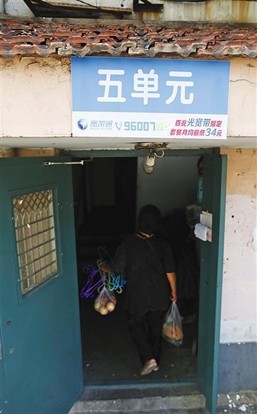 昨日,海淀区金谷园小区,单元门上贴着宽带运营商做的广告。新京报记者 浦峰 摄