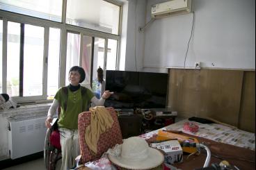 白荣珍在家中向记者介绍生活起居情况。中国青年网记者 孙钊 摄