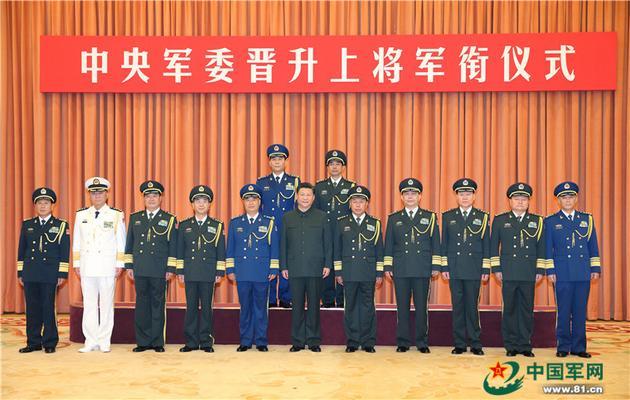 习近平等同晋升上将军衔的军官合影。解放军报记者冯凯旋摄