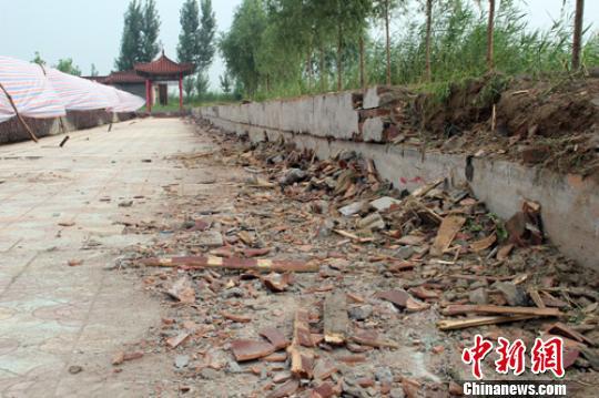 31日,记者在事故现场拍摄到的断裂的木条、琉璃瓦和水泥块。 于俊亮 摄