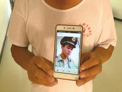 蔡来元手机里还有儿子照片。京华时报记者樊瑞摄