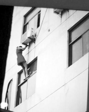 网友拍照的女住客坠楼霎时 收集图像