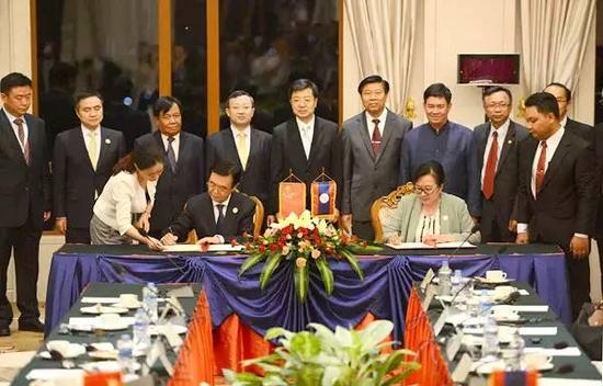 8月4日,高虎城部长在东亚合作经贸部长系列会议期间与老挝工贸部长、老中合作委员会主席开玛妮会谈并签约换文