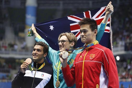 8月6日,澳大利亚选手霍顿(中)、中国选手孙杨(右)和意大利选手德蒂在颁奖仪式上。当日,在里约奥运会游泳男子400米自由泳决赛中,澳大利亚选手霍顿以3分41秒55的成绩获得金牌。孙杨和德蒂分获二、三名。新华社记者费茂华摄