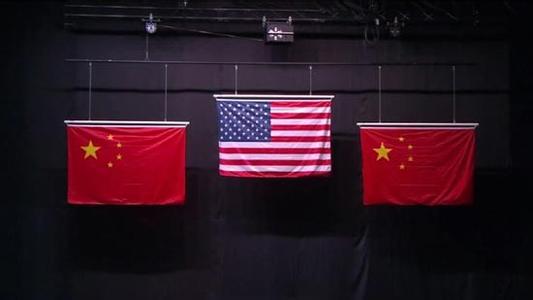 网友指出女子10米气步枪颁奖仪式上,中国国旗出错,四颗小五角星应各有一个角正对大五角星中心点。