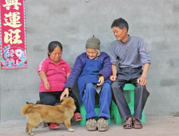 范祥芳和丈夫陈才陪婆婆聊天